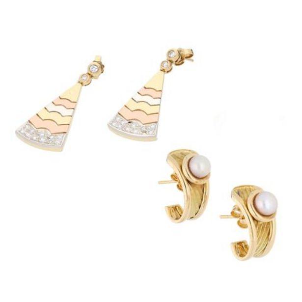 Oferta de Dos pares de broqueles hechuras diferentes con diamantes y perlas en oro tres tonos 18 kilates. por $21480