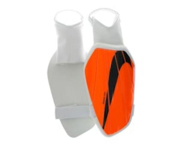 Oferta de Espinilleras Nike Charge color Anaranjado por $149