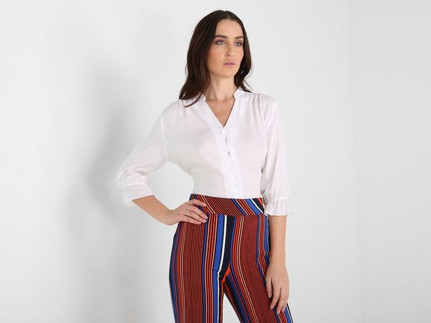 Oferta de Blusa La Mode con textura, manga ¾ con olán y cuello tipo mao con botones al frente por $279