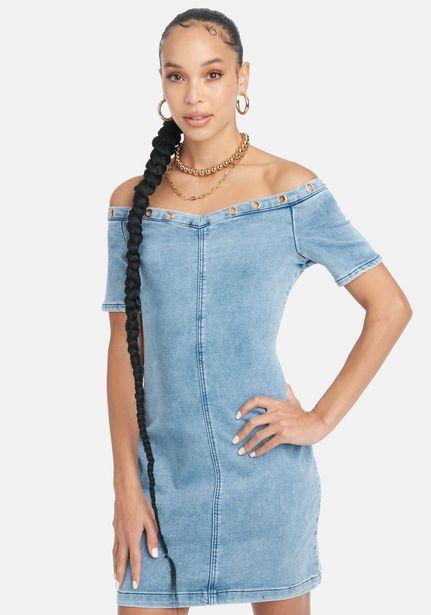Oferta de Off Shoulder Grommet Jean Dress por $39.99